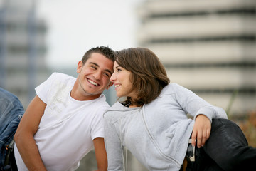 portrait de couple se regardant en souriant