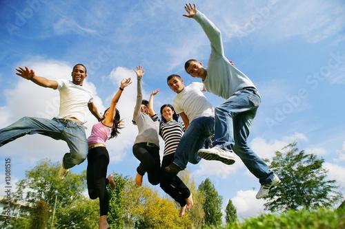 hommes et femmes souriants sautant en l'air