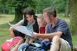 famille de randonneurs lisant unevcarte
