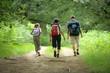 Leinwanddruck Bild - famille en randonnée de dos