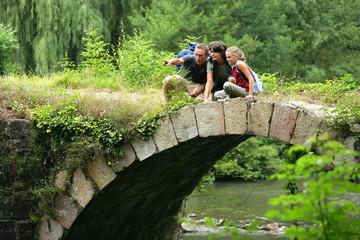 famille de randonneurs sur un pont