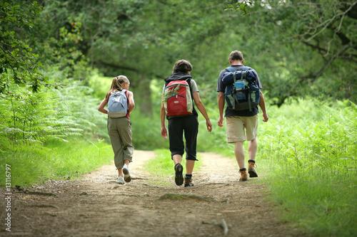 famille en randonnée de dos