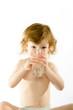 Detaily fotografie Roztomilé dítě pije vodu
