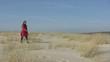 femme solitaire marchant dans les dunes