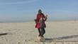 mère et fille dansant sur la plage au ralenti