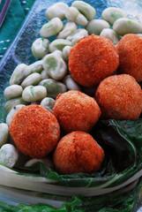 Polpette di molluschi con fave e bietole
