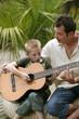 père et fils avec guitare