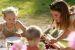 femme et enfants à table
