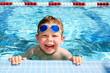 Leinwanddruck Bild - Happy child in a swimming pool
