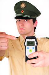 Polizist mit Alco-Gerät