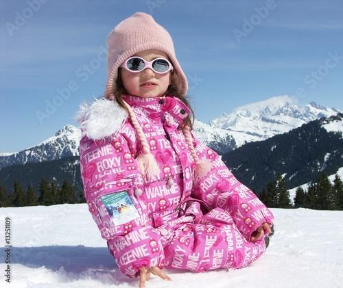 petite fille en combinaison de ski rose de minicel73 photo libre de droits 13251109 sur. Black Bedroom Furniture Sets. Home Design Ideas