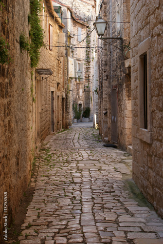 Narrow alley © Jellie