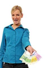 Junge Frau hält Geldfächer vor