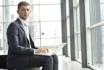 mann arbeitet mit laptop