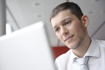 geschäftsmann arbeitet mit laptop