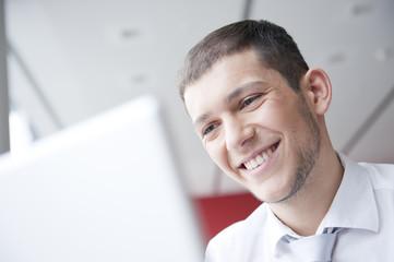geschäftsmann arbeitet mit laptop und lacht