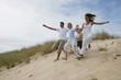 famille courant dans le sable