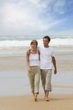 Fototapety couple marchant au bord de la plage