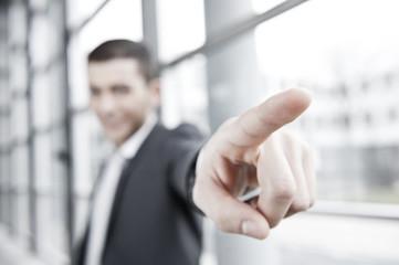 mann im anzug zeigt mit finger