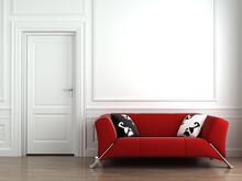 Czerwona kanapa na białym ścianie wewnętrznej