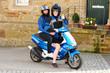 Zwei Mädels auf dem Roller