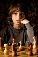 Kind mit Schachbrett