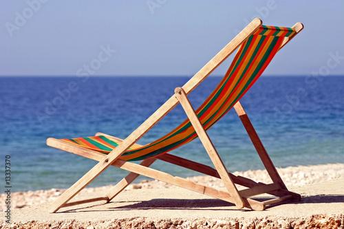liegestuhl am meer stockfotos und lizenzfreie bilder auf bild 13337370. Black Bedroom Furniture Sets. Home Design Ideas