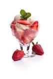 Fototapety Erdbeerbecher mit zwei Erdbeeren