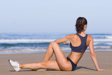 Junge Frau macht Fitness am Strand