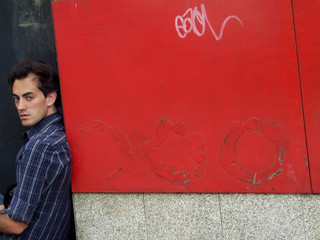 rapaz sentado numa entrada