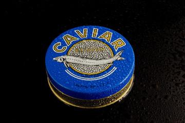 Kaviardose mit Wassertropfen kalt