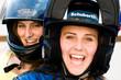 Teenager mit Helmen