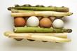 Uova con asparagi verdi e bianchi