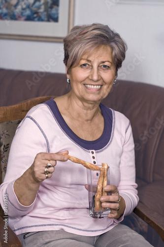 Leinwanddruck Bild Lady with pretzel sticks