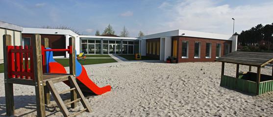 Ecole maternelle récente avec cour en sable
