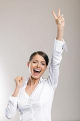 Junge Frau freut sich über Erfolg