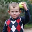 Enfant jouant avec une balle de tennis #1
