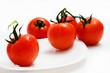 tomates en un plato blanco