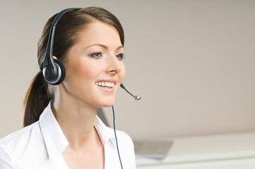 Schöne Frau mit Headset telefoniert
