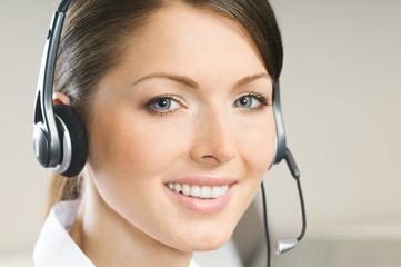 Gesicht einer attraktiven Hotline Mitarbeiterin