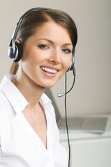 Schöne Frau arbeitet mit Headset im Call-Center