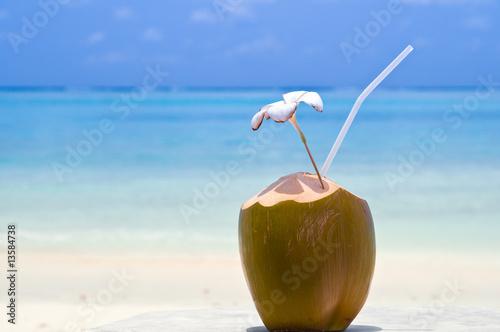 Kokosnuss Cocktail am Strand
