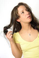 frau zwirbelt die haare und schaut zur seite