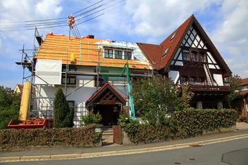 Dachdecker Ziegel Wärmedämmung Gerüst am Haus