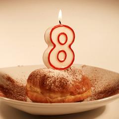 crapfen di compleanno con candela