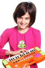 bambina suona tastiera su fondo bianco