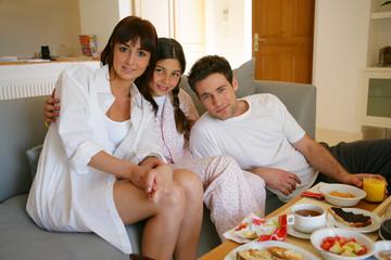 portrait de famille prenant le petit déjeuner