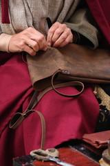 fabbricazione di un borsello in cuoio