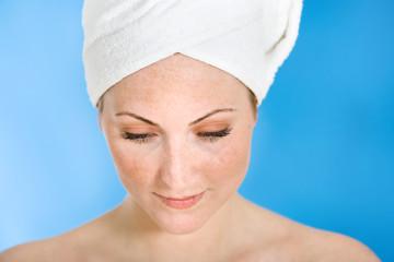 Frau bei Schönheitspflege