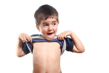 bambino mostra pancia su fondo bianco